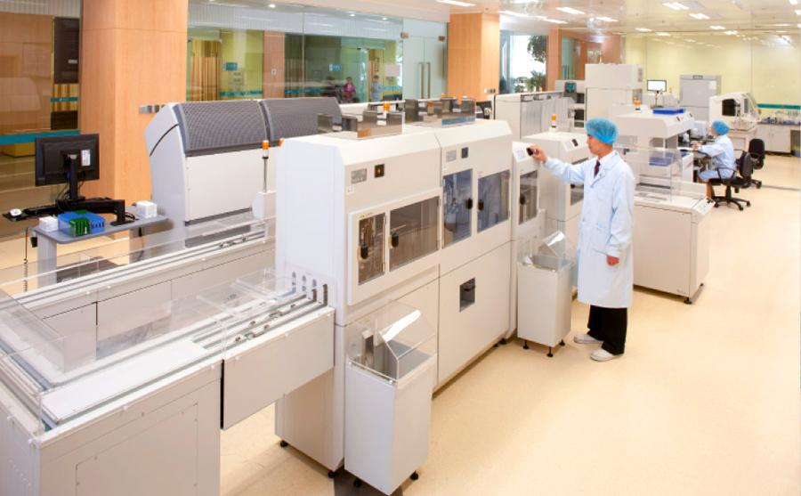 Автоматический биохимический анализатор конвейерного типа марки Beckman фото